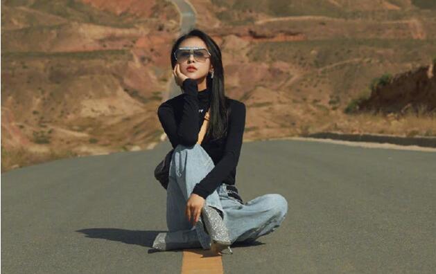 贾青在公路中大摆pose拍照,遭交警警告批评,发文道歉承认错误